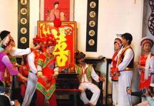 (写真2説明 サングラスを取って踊りながら<br />今度は花婿をみんなでつねる。 撮影 岡村祥平氏